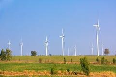 Alternatywna energia od wiatrowego generatoru gospodarstwa rolnego Obrazy Royalty Free