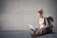 Alternatywna kobieta używa jej laptop Zdjęcie Stock