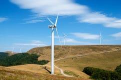 alternatywne źródła energii, turbiny farmy wiatr Obrazy Royalty Free