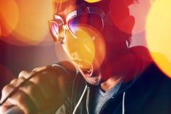 Alternatywnego muzyka rockowa piosenkarza śpiewacka piosenka w mikrofon Zdjęcia Royalty Free