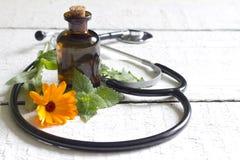 Alternatywnej medycyny stetoskop i ziele Fotografia Royalty Free