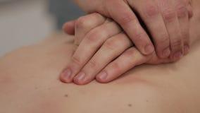 Alternatywnej medycyny traktowanie Zakończenie w górę ręk robi manipulacyjnemu masażowi na kobieta plecy zdjęcie wideo