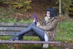 Alternatywny model siedział na ławce z pastylka pecetem Obraz Stock