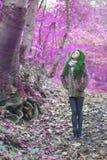 Alternatywny model stojący w drewnach Zdjęcia Royalty Free