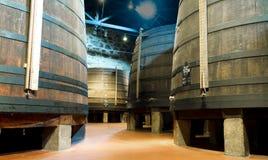 Alternder Portwein im Keller Stockbild