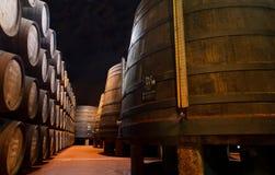 Alternder Portwein im Keller Stockfotos