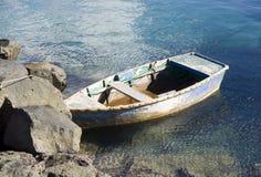 Altersschwaches Schlauchboot lizenzfreies stockbild