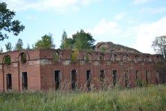 Altertumsarchitektur pfeift wartimehistory Baugeschichte- Militär-militarytown die alten Ruinenrussland-Steinstadtbäume aus Stockbild