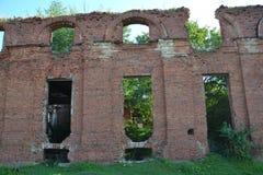 Altertumsarchitektur pfeift wartimehistory Baugeschichte- Militär-militarytown die alten Ruinenrussland-Steinstadtbäume aus Lizenzfreies Stockfoto
