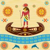 Altes ägyptisches Gott Ra schwimmt auf ein Boot mit Mustern und ornam Lizenzfreies Stockfoto