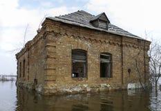Altes überschwemmtes Haus lizenzfreies stockbild