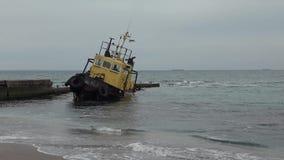 Altes überschwemmtes schleppendes Schiff Schiffswrack Versunkenes schleppendes Schiff Odessa Ukraine stock video