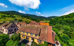 Altes aber erneuertes Dorfhaus in der Landschaftsvogelperspektive Stockbild