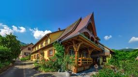 Altes aber erneuertes Dorfhaus in der Landschaftsvogelperspektive Stockfotografie
