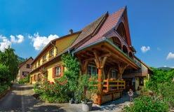 Altes aber erneuertes Dorfhaus in der Landschaftsvogelperspektive Lizenzfreie Stockfotografie