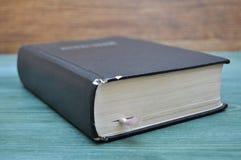 Altes abgenutztes Buch auf dem Tisch Lizenzfreies Stockfoto