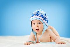 Altes Achtmonatebaby, das auf weicher Decke liegt Stockfotografie