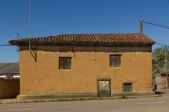Altes Adobe-Haus im Dorf Lizenzfreies Stockfoto
