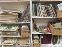 Altes ADS und Bücher, die am zweiten Warenspeicher verkaufen lizenzfreie stockfotos