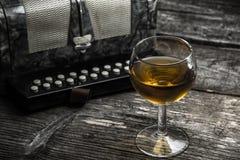 Altes Akkordeon mit Wein Stockfotografie