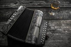 Altes Akkordeon mit Wein Lizenzfreie Stockfotografie