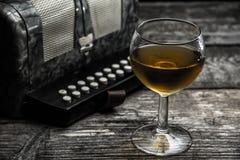 Altes Akkordeon mit Wein Lizenzfreies Stockfoto