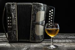 Altes Akkordeon mit Wein Lizenzfreie Stockbilder