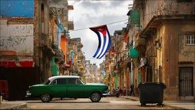 Altes amerikanisches grünes rotes Auto in der alten Stadt von Havana gegen den Hintergrund der spanischen Kolonialarchitektur stockfoto