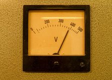 Altes analoges Voltmeter Altes Messgerät mit Pfeil und Weißskala stockbilder