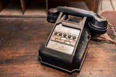 Altes antikes Telefon auf Schreibtisch lizenzfreies stockbild