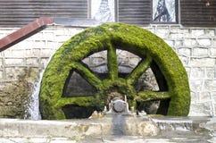 Altes Arbeitsmühlrad von watermill Stockbild