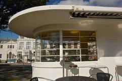 Altes Art Deco-Wartehäuschen und das Brighton der Bequemlichkeit lizenzfreie stockbilder