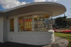 Altes Art Deco-Wartehäuschen und das Brighton der Bequemlichkeit stockbild