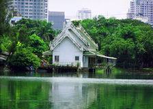 Altes asiatisches Haus in der Stadt Stockfoto