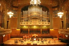 Altes Auditorium mit Organ lizenzfreie stockfotografie