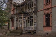 Altes aufgegliedertes verlassenes Gebäude stockfotos