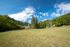Altes authentisches französisches Dorf mit der Kirche, welche die Ebene übersieht Stockfotos
