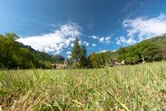 Altes authentisches französisches Dorf mit der Kirche, welche die Ebene übersieht Stockbilder