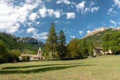 Altes authentisches französisches Dorf mit der Kirche, welche die Ebene übersieht Stockfoto