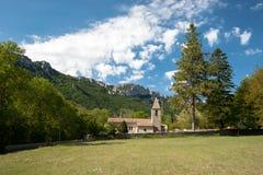 Altes authentisches französisches Dorf mit der Kirche, welche die Ebene übersieht Stockfotografie