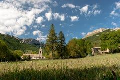 Altes authentisches französisches Dorf mit der Kirche, welche die Ebene übersieht Lizenzfreies Stockfoto