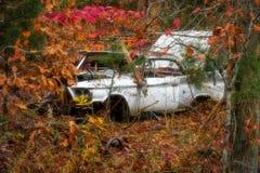 Altes Auto auf Abhang stockbild