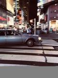 Altes Auto, das in New York City beschleunigt Lizenzfreie Stockfotos