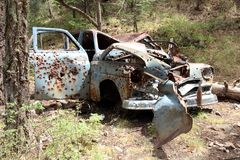 Altes Auto in den Bergen an der Kabine des Bergmannes nahe Prescott, Arizona Lizenzfreie Stockbilder
