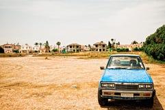 altes Auto in der desolate Landschaft Stockfotografie