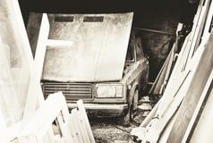 Altes Auto in der Garage Stockbilder