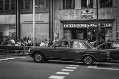 Altes Auto in der Straße Stockfotos