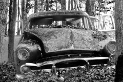 Altes Auto im Wald Stockbild