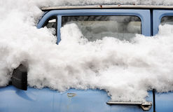 Altes Auto im Winter Stockfoto