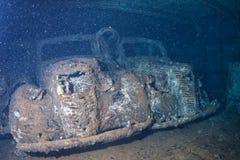 Altes Auto innerhalb II des Weltkrieg-Schiffswrackes im Roten Meer Stockbilder